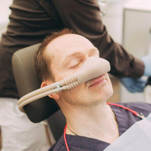 Mann bekommt Narkose vor der Behandlung beim Zahnarzt in Baden-Baden.