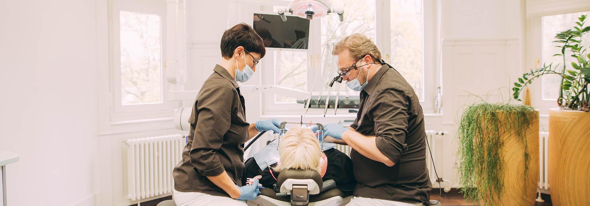 Zahnarzt Dr. Torsten Kamm behandelt Patienten mit CMD-Beschwerden dank CMD-Therapie aus Baden-Baden erfolgreich.