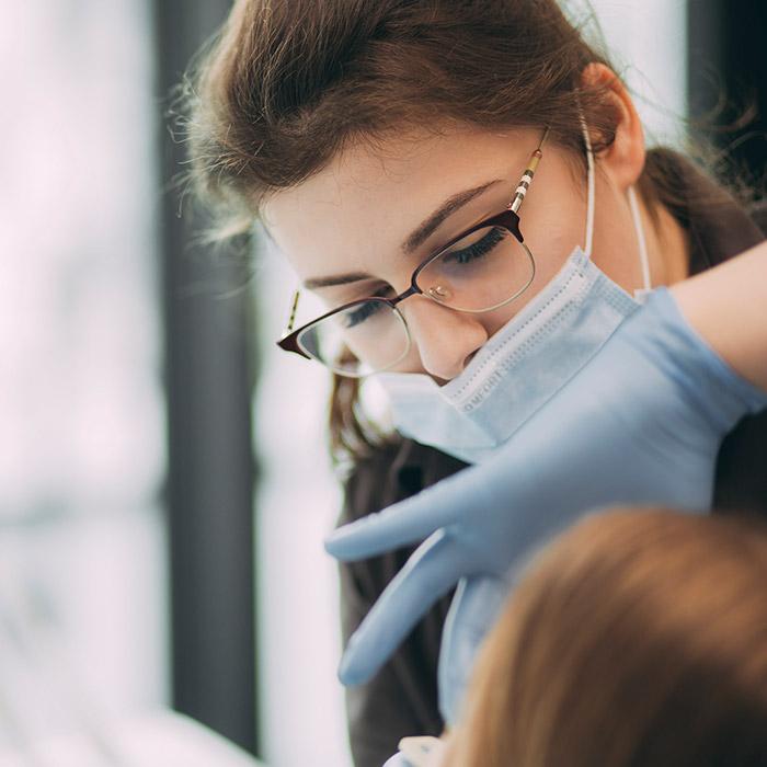 Mitarbeiterin bereitet Zahnfüllungen aus Baden-Baden vor.