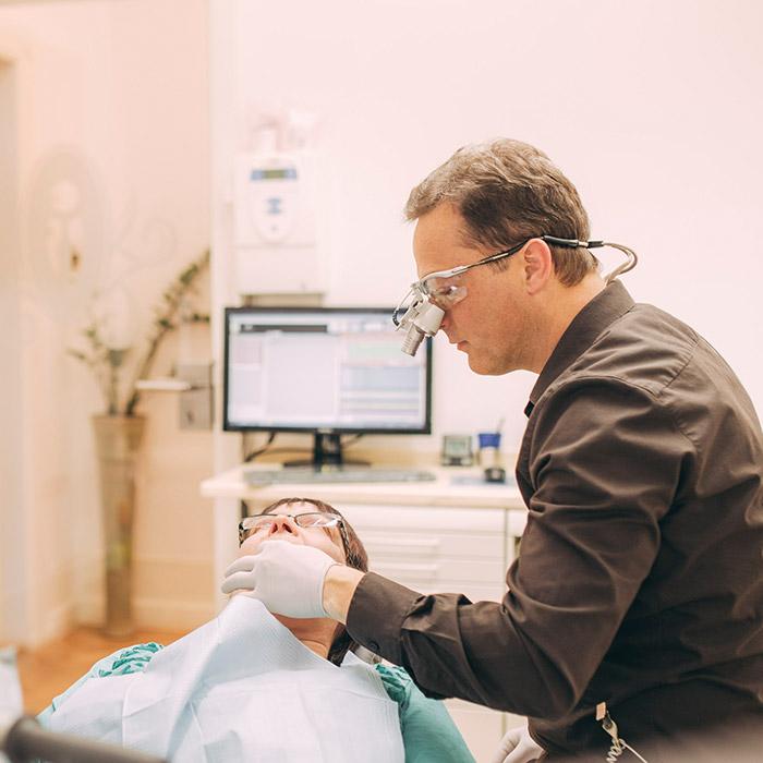 Zahnarzt Dr. Torsten Kamm bereitet Parodontosebehandlung in Baden-Baden vor.