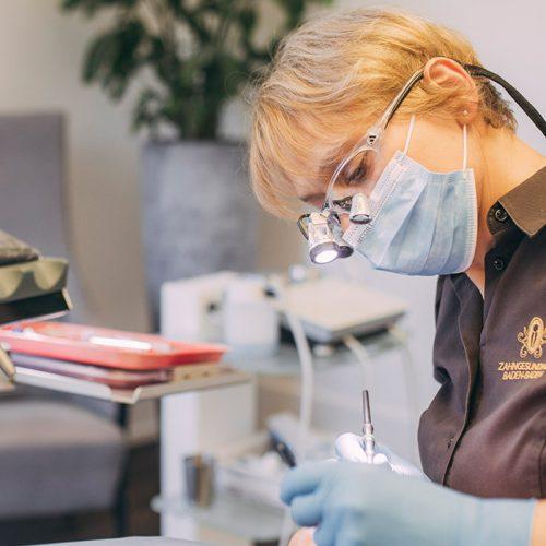 Dentalhygienikerin führt Prophylaxe beim Zahnarzt in Baden-Baden aus.
