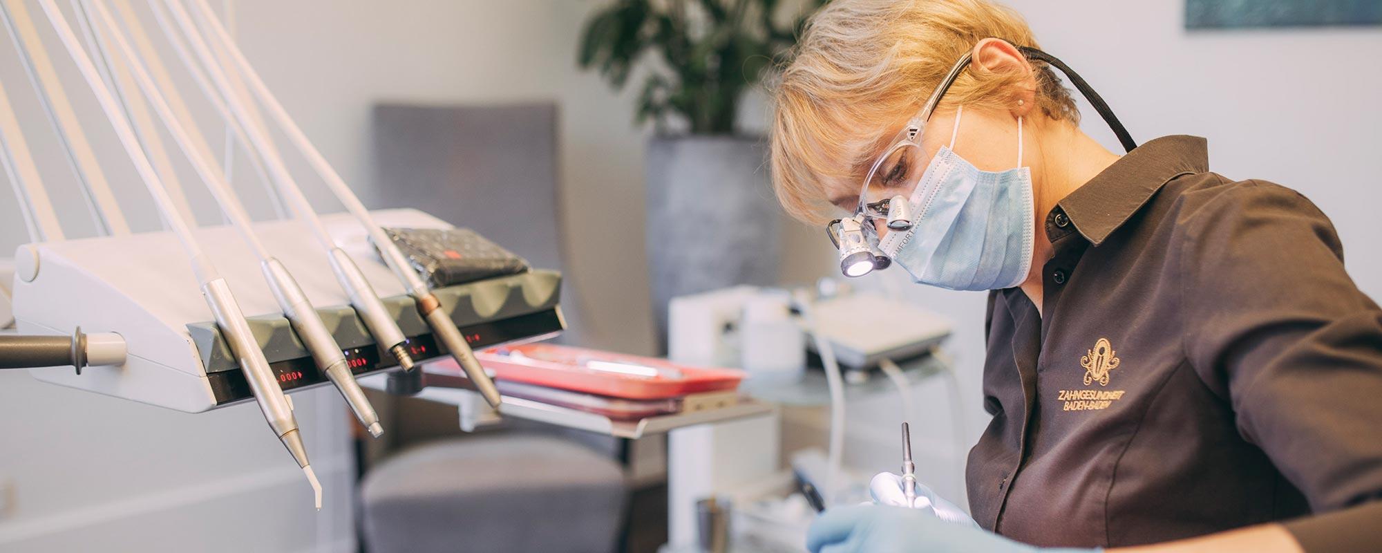 Dentalhygienikerin beugt Entzündungen mit der Prophylaxe beim Zahnarzt vor.