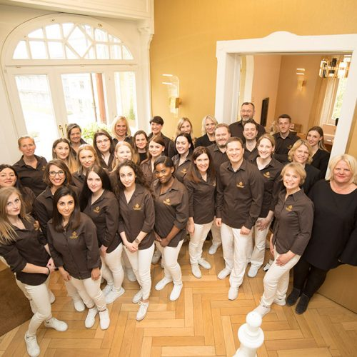 Ein Teamfoto aller Mitarbeiter der Zahngesundheit Baden-Baden.