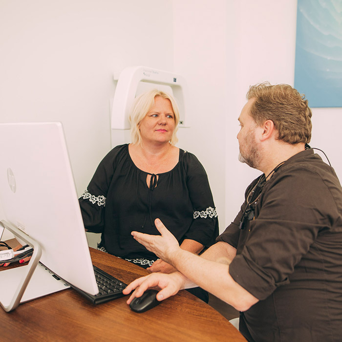 Zahnarzt Dr. Karsten Kamm berät Patientin zu Veneers aus Baden-Baden.