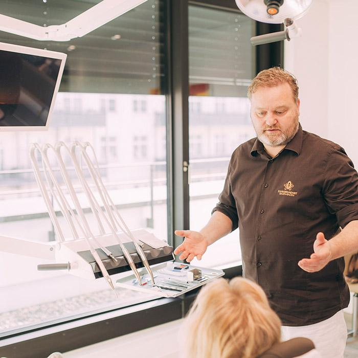 Zahnarzt Dr. Karsten Kamm behandelt Patientin mit Zahn-Veneers aus Baden-Baden.