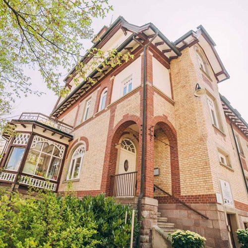 In der Villa Seldeneck befindet sich die Zahnarztpraxis ZBB in Baden-Baden.