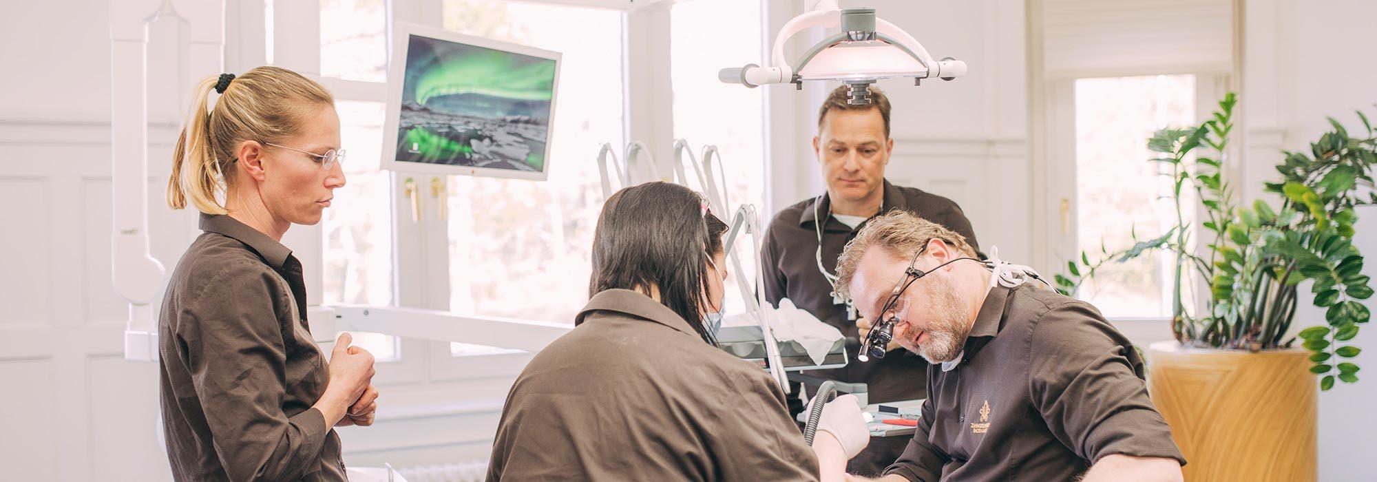 Zahnarzt Dr. Karsten Kamm aus Baden-Baden arbeitet mit Lupenbrille.