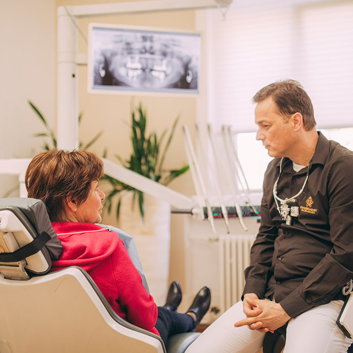 Zahnarzt Dr. Torsten Kamm aus Baden-Baden hört Patienten mit Beschwerden ganz genau zu.