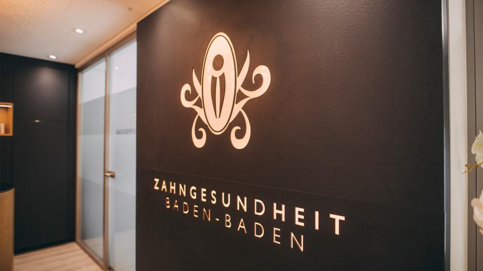 Das Logo der Zahnarztpraxis ZBB in Baden-Baden im Behandlungszimmer.