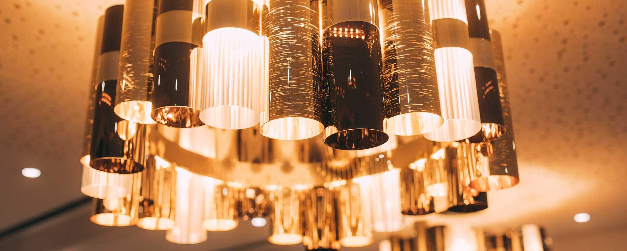 Dekoration mit Lampen in der Zahnarztpraxis ZBB in Baden-Baden.