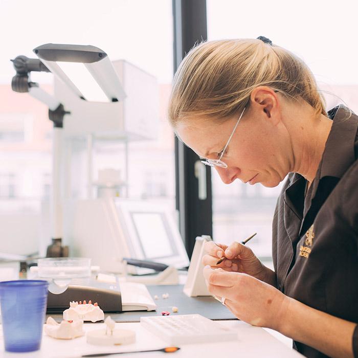 Zahntechniker passt Zahnersatz in der Praxis ZBB in Baden-Baden an.