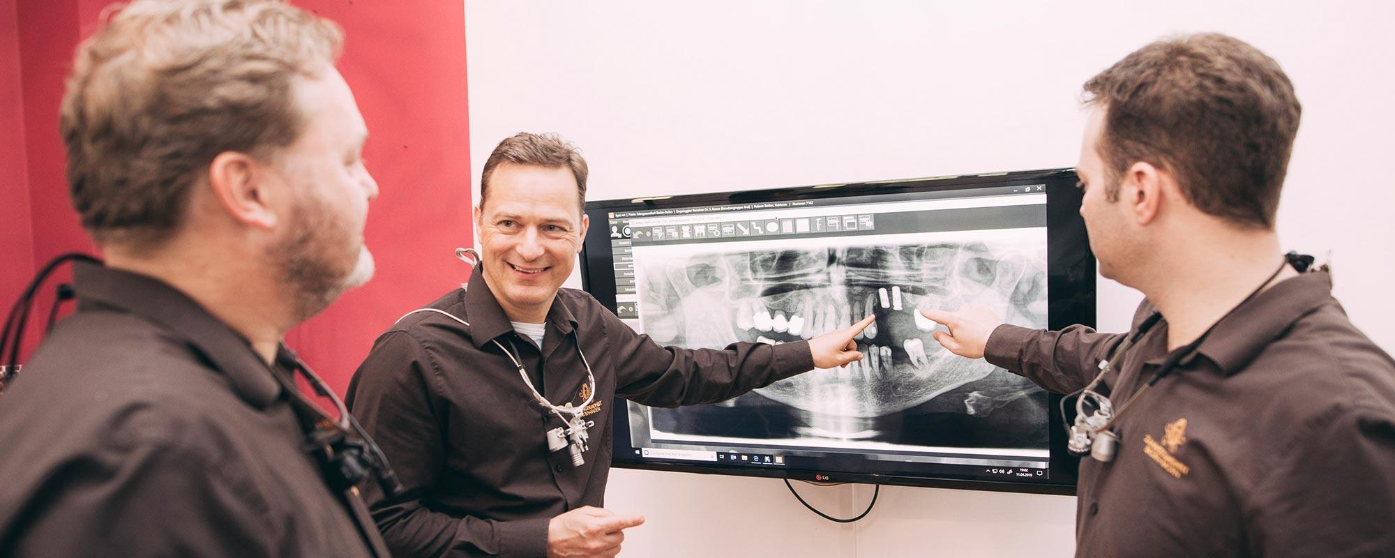 Die Zahnärzte der Zahnarztpraxis ZBB in Baden-Baden planen eine Implantation.