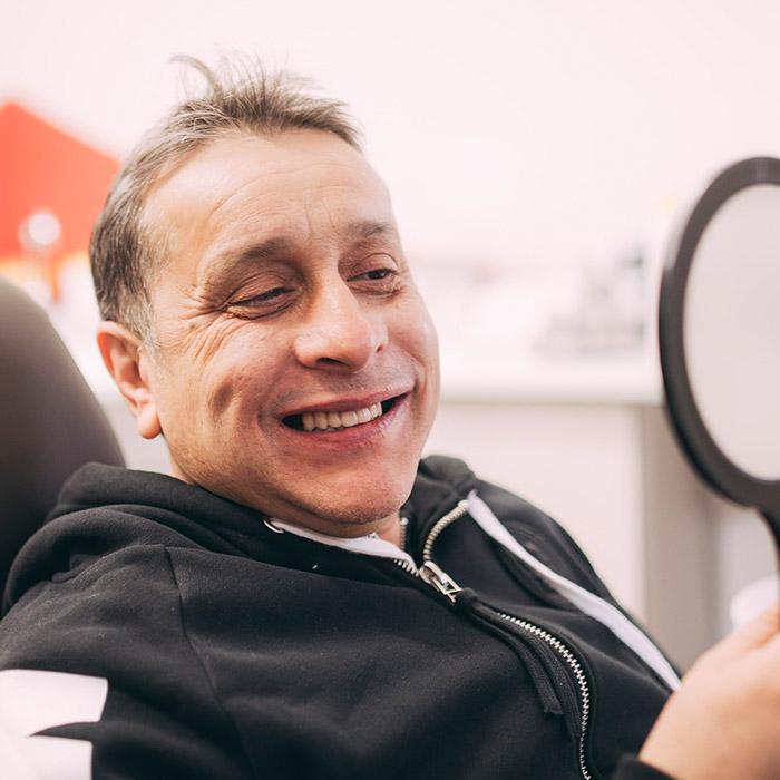 Patient aus Baden-Baden freut sich über gesunde Zähne dank seines Zahnarztes in Baden-Baden.