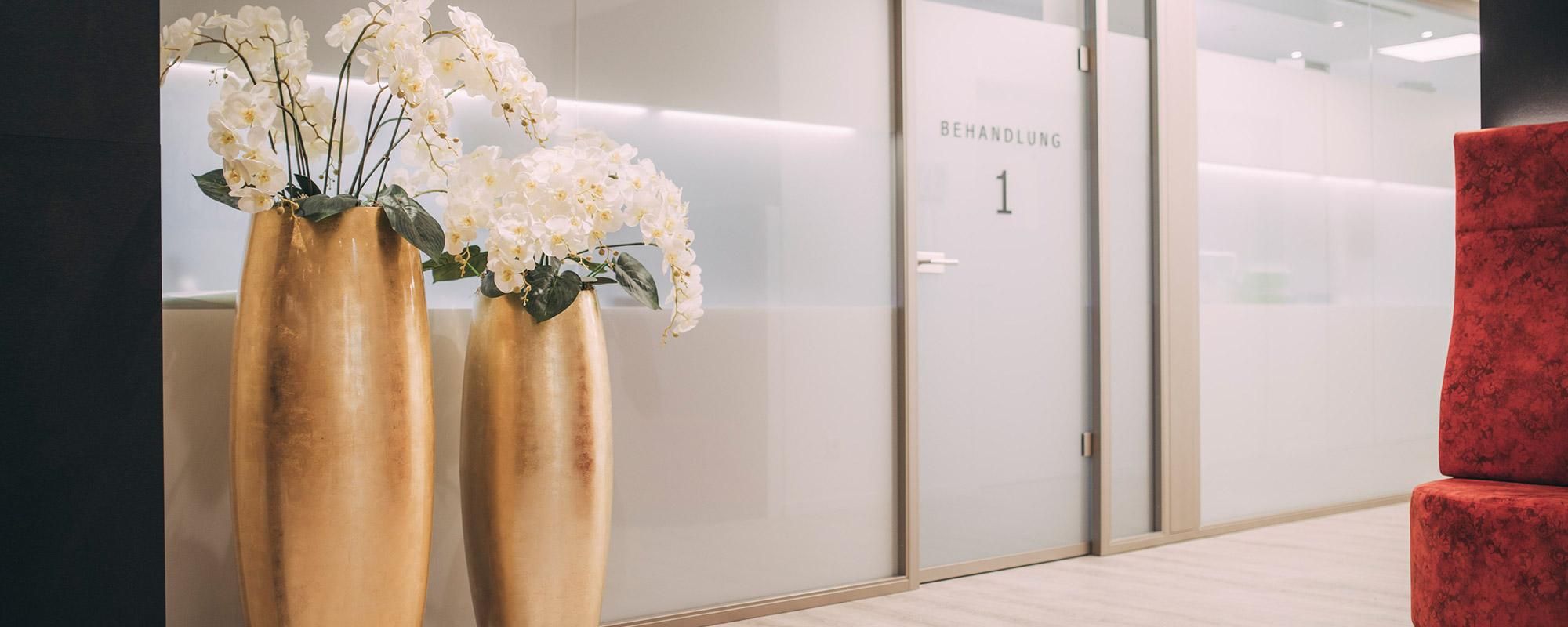 Blumenvasen für eine angenehme Atmosphäre im Medical-Center Baden-Baden.