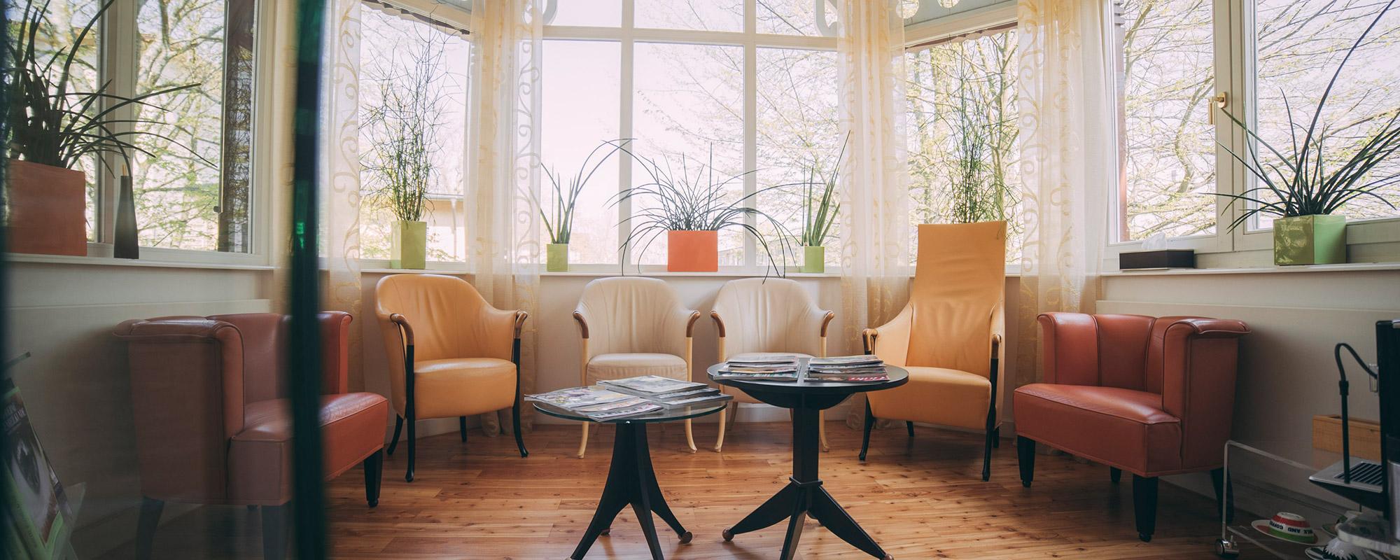 Im Wartezimmer der Villa Seldeneck fühlen sich Patienten von ZBB wohl.