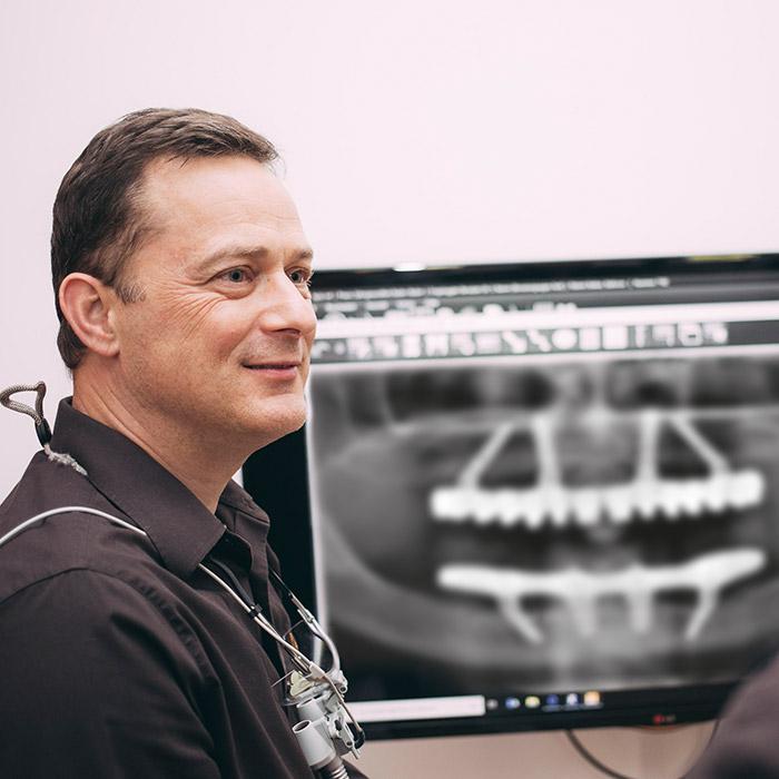Dr. Torsten Kamm ist Spezialist für All-on-4 und feste Zähne an einem Tag in Baden-Baden.